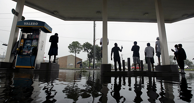 Citizens+of+Texas+attempt+to+get+gas+during+Hurricane+Harvey%2C+but+face+struggles+due+to+the+extreme+gas+shortages.