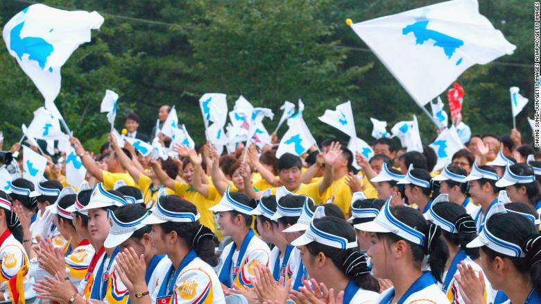 South+Korea+supporters+hold+up+the+Korean+unification+flag+at+the+2003+World+Student+Games+in+Daegu%2C+South+Korea