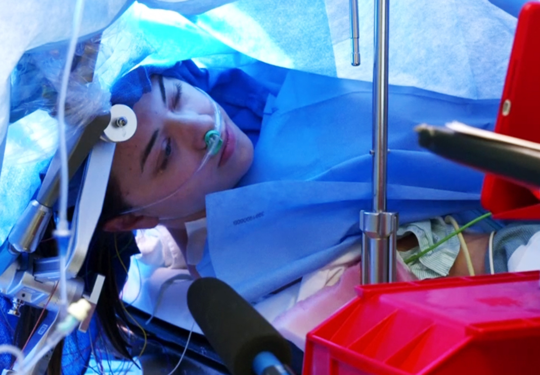 We can see here Jenna Schardt in the middle of the surgery lying down and appearing calm.